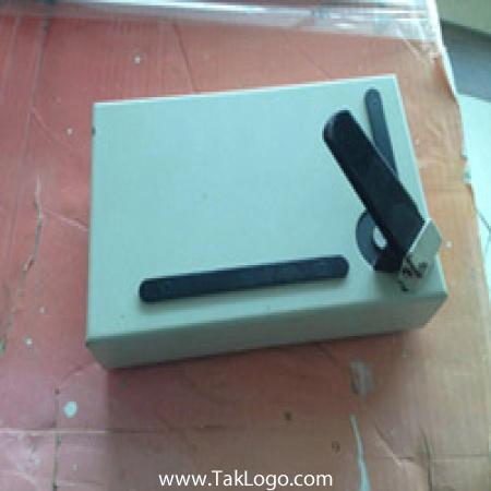 دستگاه گوشه زن این دستگاه با یک الگوی برش که در تصاویر .مشخص شده است عرضه میشود. همچنین یدکی این تیغ بصورت جداگانه قابل تهیه است. دیگر الگوهای تیغ این دستگاه در بازار ایران یافت نمیشود  دستگاه گوشه زن 6 کاره و تک کاره موجود است  آدرس: مشهد بزرگراه اسيايي ازادي82 تلفن:  05132403967 - 09920989513 کانال تلگرام : @ForceMachine_ir سايت : www.ForceMachine.ir زمينه فعاليت : طراحي / توليد ماشين آلات و دستگاه هاي صنعت چاپ و بسته بندي ، صنايع غذايي و تجهيزات پخت صنعتي، صنایع غذایی،آرایشی،بهداشتی،پزشکی و صنعت خودرو