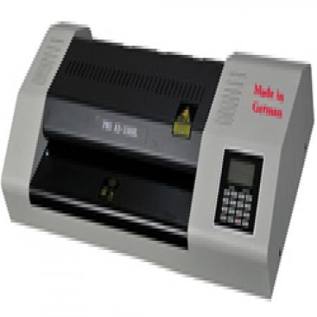 دستگاه پرس کارت  امکان پرس تا عرض حداکثر 33سانت و طول نامحدود(A3) را دارد- تنظیم درجه حرارت بسته به ضخامت و جنس طلق از 0 تا 150 درجه سانتیگراد را داراست . این دستگاه به دکمه معکوس کردن جهت جلوگیری از گیرکردن لمینت مجهز است. امکان سوئیچ بین حالتهای لمینت سرد و گرم و نشانگر آماده به کار دستگاه را دارد. بدون صدا و پارازیت و مناسب برای طلق های پرس مات و براق - 75 میکرون الی 150 میکرون است.  آدرس: مشهد بزرگراه اسيايي ازادي82 تلفن:  05132403967 - 09920989513 کانال تلگرام : @ForceMachine_ir سايت : www.ForceMachine.ir زمينه فعاليت : طراحي / توليد ماشين آلات و دستگاه هاي صنعت چاپ و بسته بندي ، صنايع غذايي و تجهيزات پخت صنعتي، صنایع غذایی،آرایشی،بهداشتی،پزشکی و صنعت خودرو